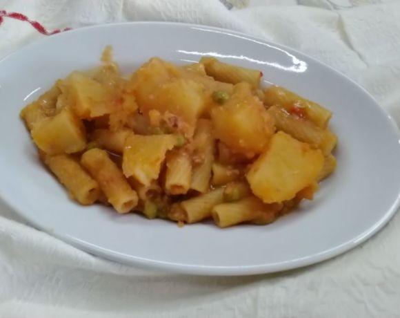 maccheroni cremosi con patate e piselli