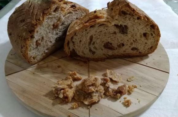 Pane con ciccioli, fragrante e saporito con lievito madre.