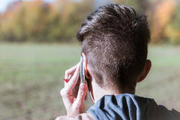 Usare troppo lo smartphone aumenta il mal di testa, lo studio