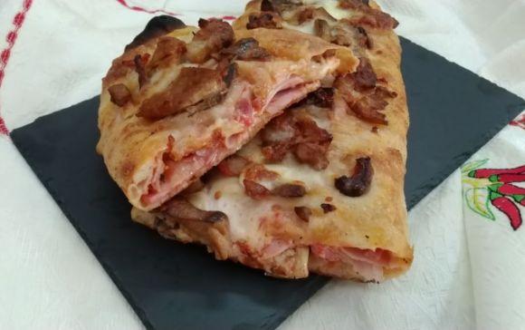 Capricciosa arrotolata, variante sfiziosa della classica pizza.