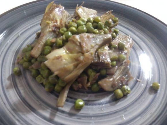 Carciofi, piselli e prosciutto, contorno appetitoso; ricetta facile