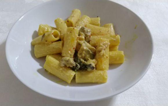 Rigatoni con salsiccia e zucchine, primo piatto veloce