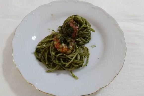 Spaghetti con gamberi e pesto di spinaci, ricetta deliziosa