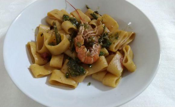Calamarata con scampi, asparagi e pesto di pistacchi