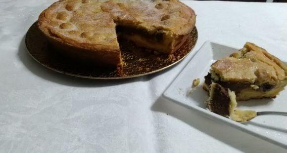 Pizza dolce: torta napoletana con crema pasticcera e amarene