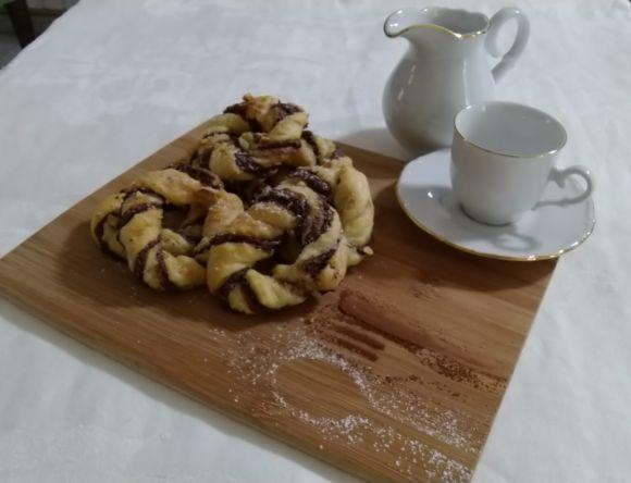 Ciambelline di pasta sfoglia al cioccolato e arachidi