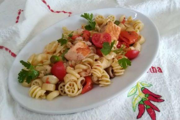 Insalata di pasta con salmone e gamberetti, piatto estivo