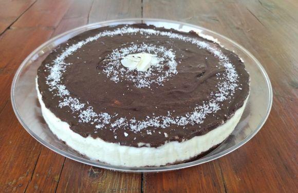 Cheesecake al cocco e cioccolato fresca e golosa
